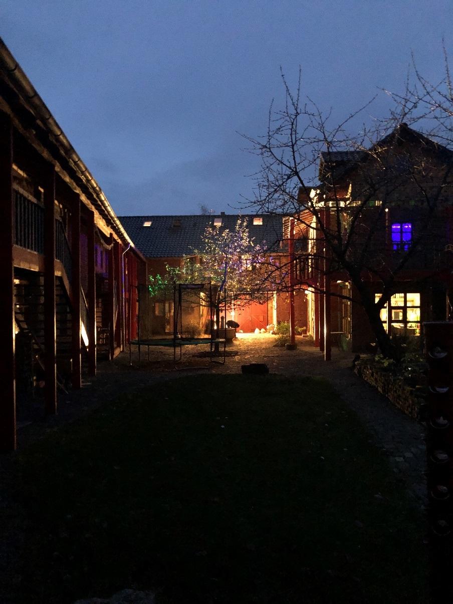 Ein Bild, das draußen, Nacht, Straße enthält.  Automatisch generierte Beschreibung
